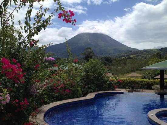 Arenal Manoa Hotel: Gardens, Volcano, pool, swim up bar,life is good !