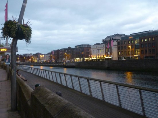 River Liffey: Riverside lights