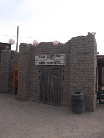 Old Tucson : Guns repair.