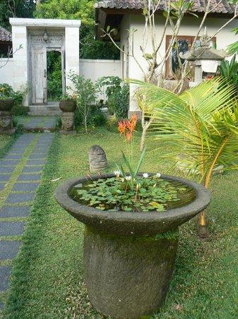 Villa Shantiasa: prachtige tuin rondom de villa