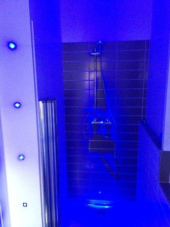 BoSun's Lodge B&B: Shower room