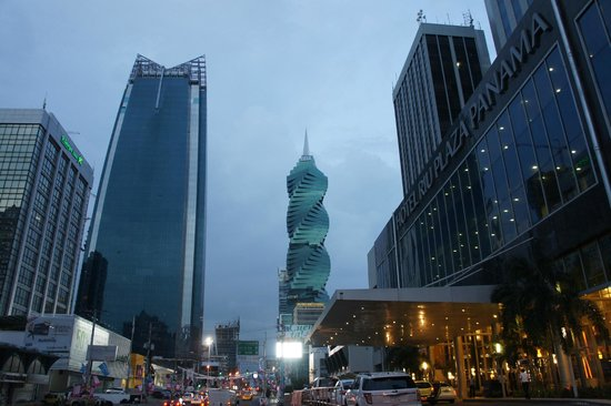 Hotel Riu Plaza Panama: entrance and spectacular view from the street.