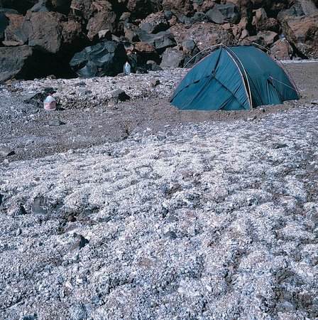 """Volcan Llullaillaco: Oberes """"base camp"""" auf etwa 5.300 m vor nördlichem Lavastrom"""