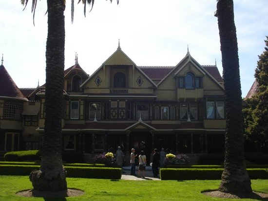 Winchester Mystery House: Front view