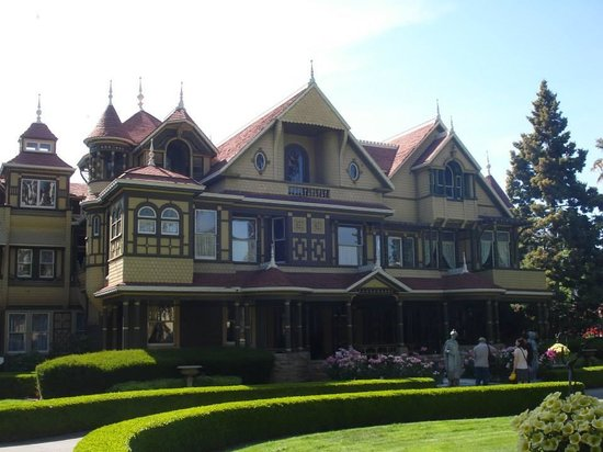 Winchester Mystery House: Another front shot