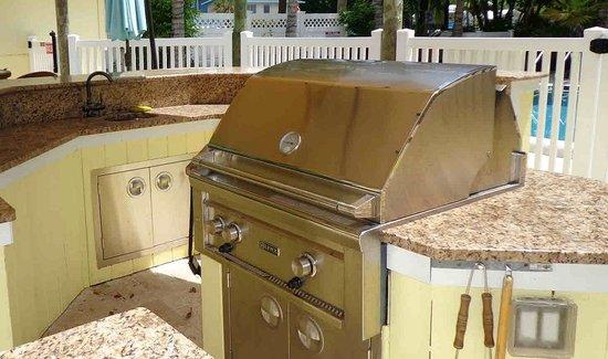 Anna Maria Island Beach Resort: Grill area and granite countertop