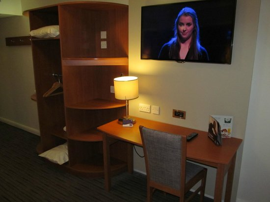 Premier Inn Ashington Hotel : Premier Inn Ashington: desk with TV
