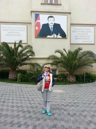 Old City Baku : Ильхам и Гейдар Алиевы рядом...