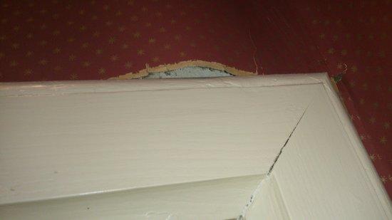 Cahernane House: torn wallpaper in bathroom