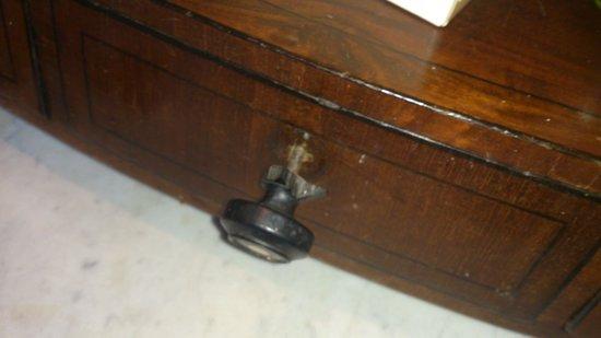 Cahernane House : broken handle on furniture