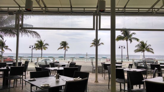 The Westin Fort Lauderdale Beach Resort: View as we are going to Breakfast outside at Shulas