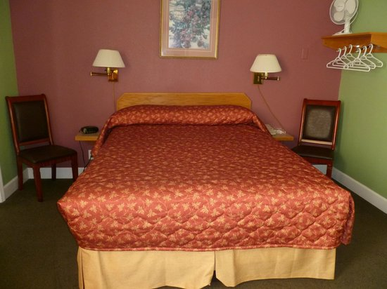 James Bay Inn Hotel, Suites & Cottage : Standard Queen Room. Very nice!