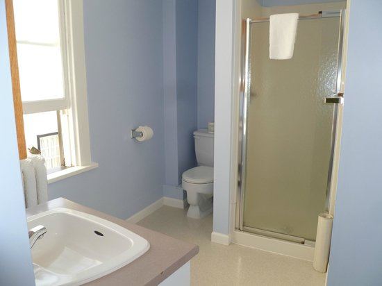 James Bay Inn Hotel, Suites & Cottage : extra clean bathroom!