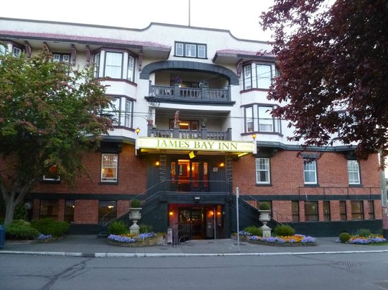 James Bay Inn Hotel, Suites & Cottage: Front view of the hotel