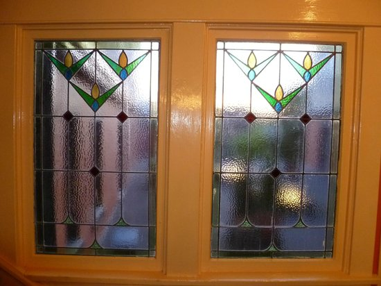 James Bay Inn Hotel, Suites & Cottage: Beautiful stained glass windows in the stairwells