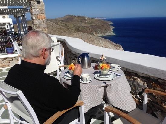 Anemomilos Apartments: breakfast on the terrace