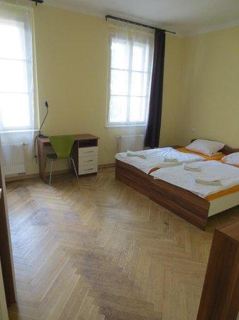 Lovely Prague Apartments: großes Schlafzimmer mit Schreibtisch