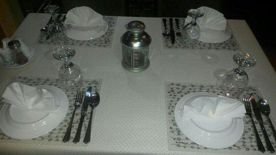 Hatam Al Tae Restaurant: Tables