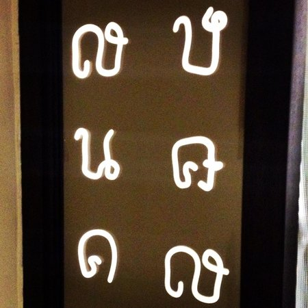Anantara Riverside Bangkok Resort: Thai languages in the room. Actually, this is a light decoration!