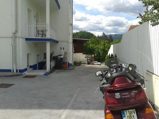 Garni Hotel Vila Bojana: Buen Parking