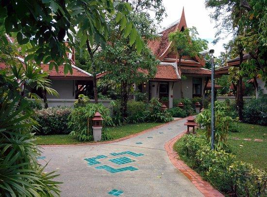 Samui Buri Beach Resort: Garten mit Villas