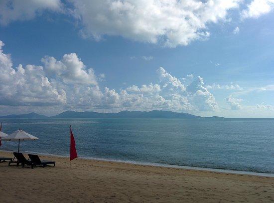 Samui Buri Beach Resort : Strand mit Ausblick auf Koh Phangan