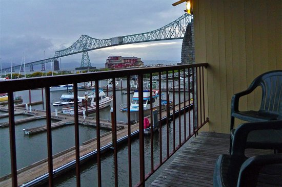 Astoria Riverwalk Inn: Private balcony overlooking bridge and marina