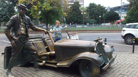 Nikulin Moscow Circus on Tsvetnoi Bulvar: у входа встречает всех Ю.Никулин со своим кабриолетом