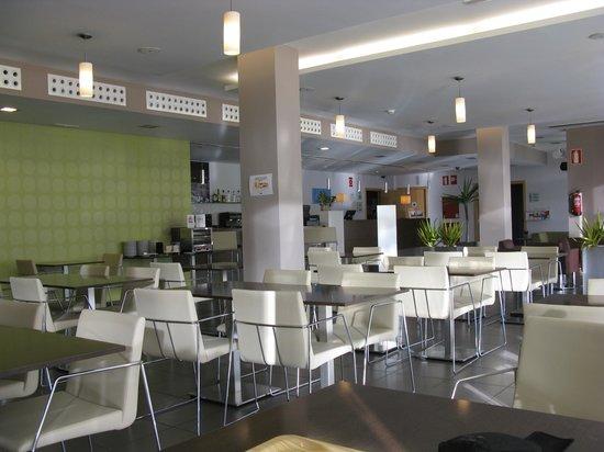 Holiday Inn Express Vitoria : Desayunador. Al fondo la recepción.