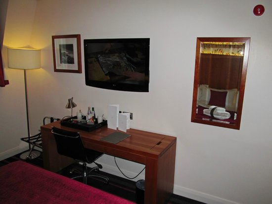 Apex Haymarket Hotel: Apex European Hotel: room with desk/TV