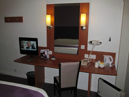Premier Inn Glasgow City Centre (Argyle Street) Hotel: Premier Inn Glasgow City Centre - Argyle: room with desk/TV