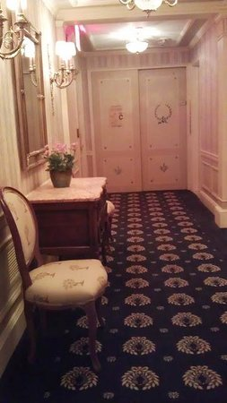 Hotel Elysee by Library Hotel Collection: Hallway to elevator