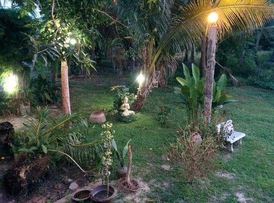 Luna Hut Restaurant : Ausblick auf den kleinen Garten