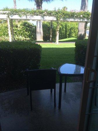 Hyatt Regency Newport Beach: View from room to Outdoor first floor patio