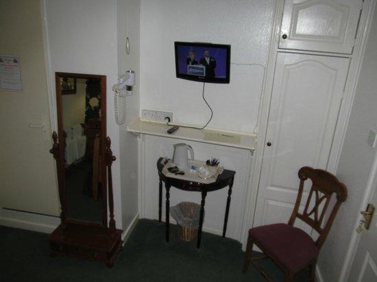 Bay Horse Inn: room with TV and coffee/tea