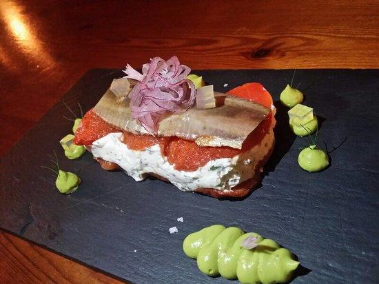 Caminito: Terrina de tomate confitado, queso de crema y sardina ahumada.
