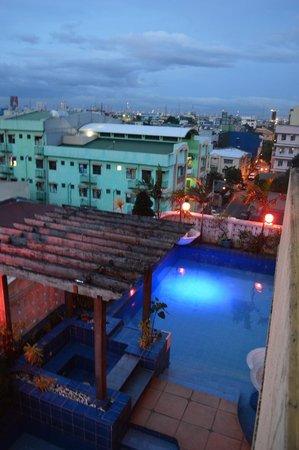 Pink Manila Hostel: Pool