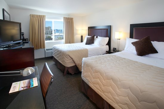 River Inn at Seaside : Two Queen beds with a city view includes a coffee maker, refrigerator and microwave