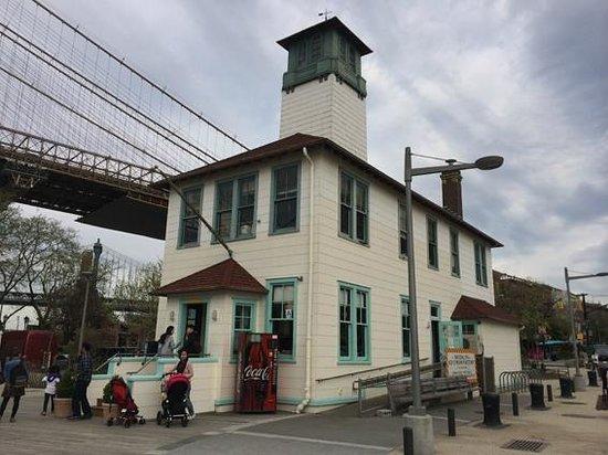 Brooklyn Ice Cream Factory: Simpático exterior en un paisaje increíble