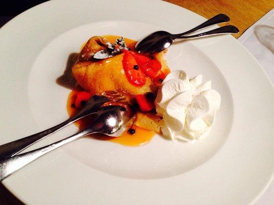 Weisses Rössl Restaurant: Crepas con helado de vainilla y espejo de miel con fresas, totalmente delicioso!
