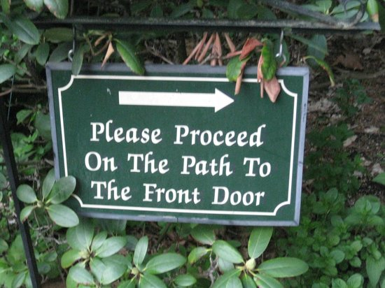 At Cumberland Falls Bed and Breakfast Inn: Sign from parking to front of B&B