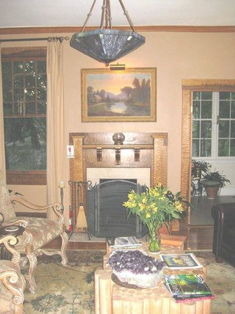 At Cumberland Falls Bed and Breakfast Inn: Living room fireplace with Quilted Maple