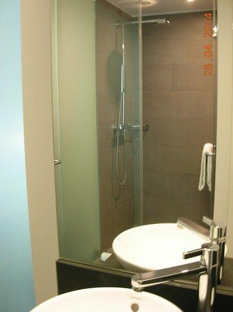 Innside by Melia Dresden: Il bellissimo e grande bagno