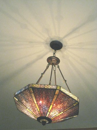 At Cumberland Falls Bed and Breakfast Inn: Lighting in dining room