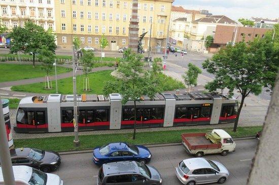Hotel Mercure Wien Westbahnhof: The Gurtel during the day