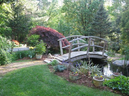 At Cumberland Falls Bed and Breakfast Inn: Bridge over water feature