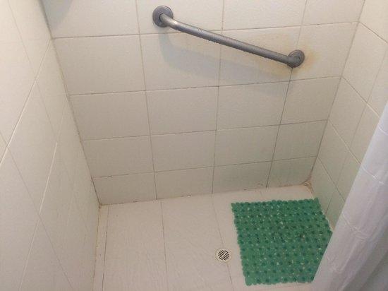 Cocoplum Beach Hotel: Box do banheiro imundo !!!!!