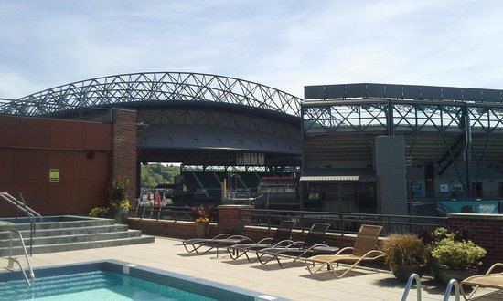 Silver Cloud Hotel - Seattle Stadium: View from the 9th floor terrace towards the baseball park