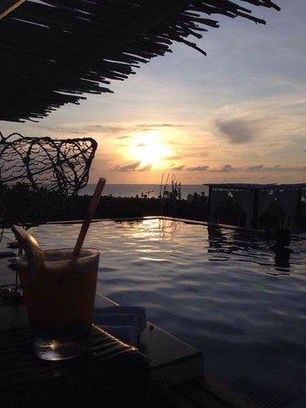 The Chili Beach Boutique Hotel & Resort: Vista do pôr do sol de dentro da piscina do hotel.