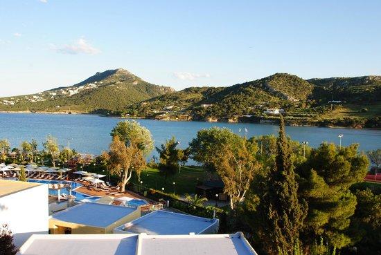 Dolce Attica Riviera : La vue du balcon d'un bungalow